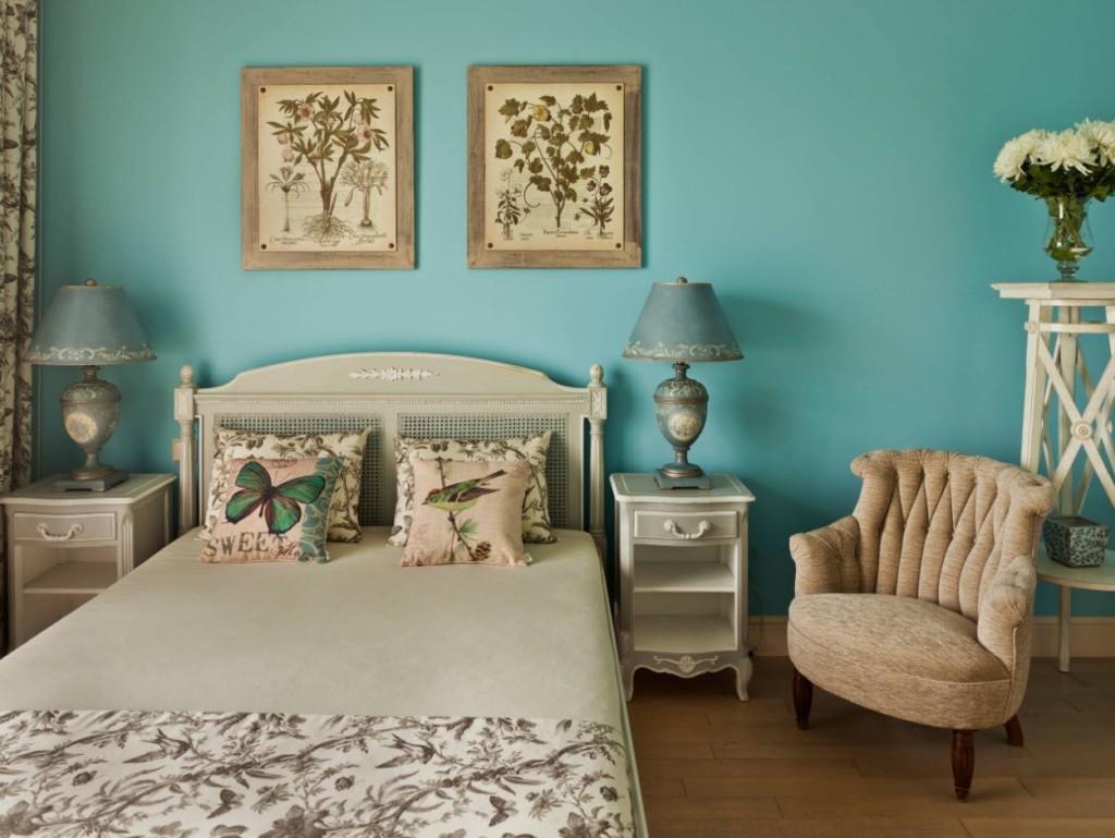 Petits tableaux sur le mur bleu de la chambre
