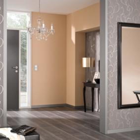 papier peint combiné dans le couloir de l'intérieur de l'appartement