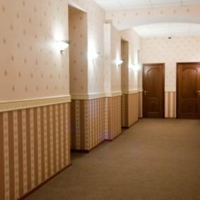 papier peint combiné dans le couloir de la photo intérieure de l'appartement