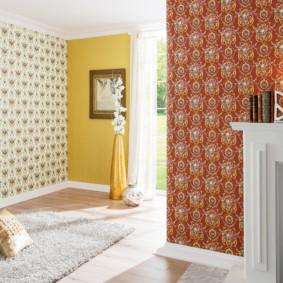 papier peint combiné dans le couloir des idées intérieures de l'appartement