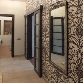 papier peint combiné dans le couloir de la photo d'examen de l'appartement