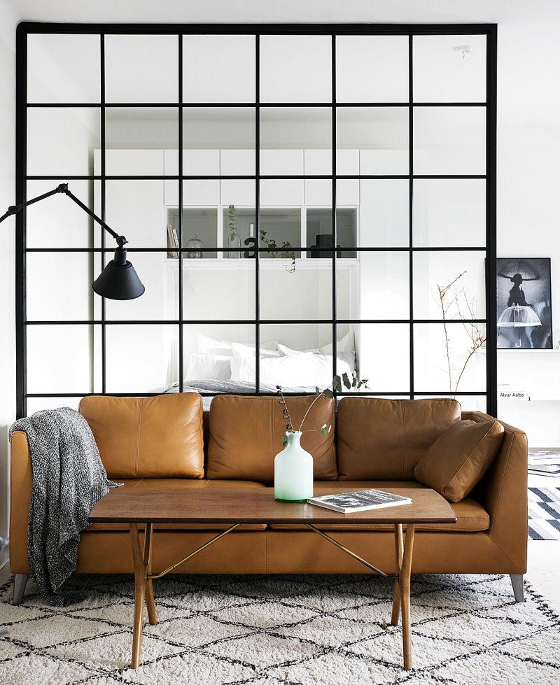 Canapé en cuir dans la chambre odnushka