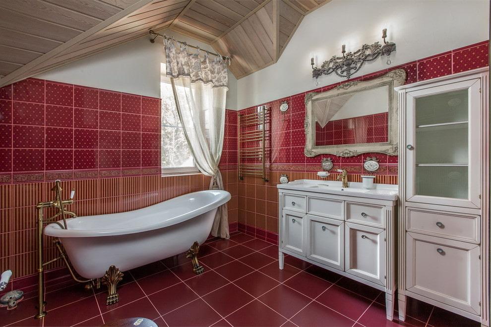 Carrelage rouge à l'intérieur de la salle de bain mansardée