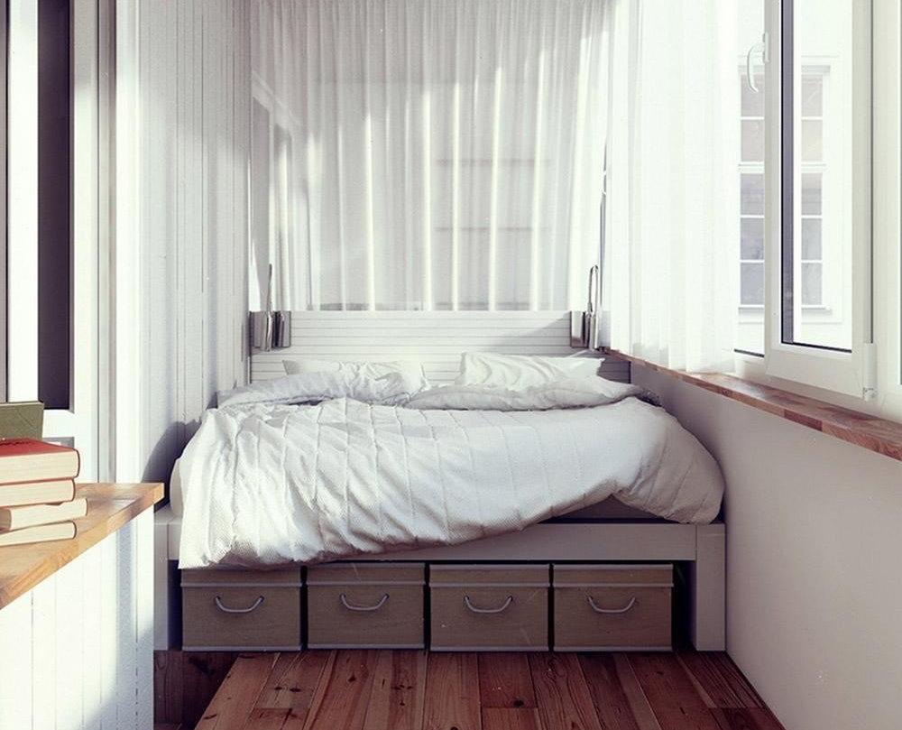 Lit sur loggia chauffée dans un appartement de deux pièces