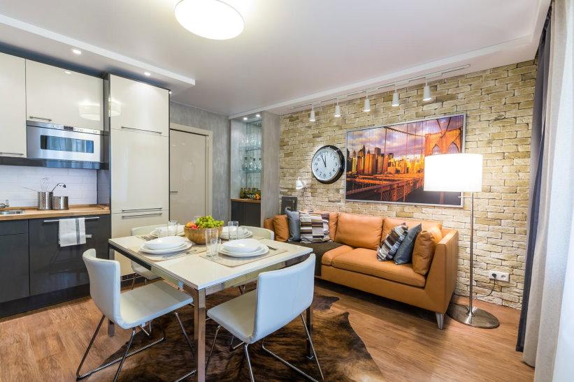 Canapé en cuir dans la cuisine d'un appartement de deux pièces