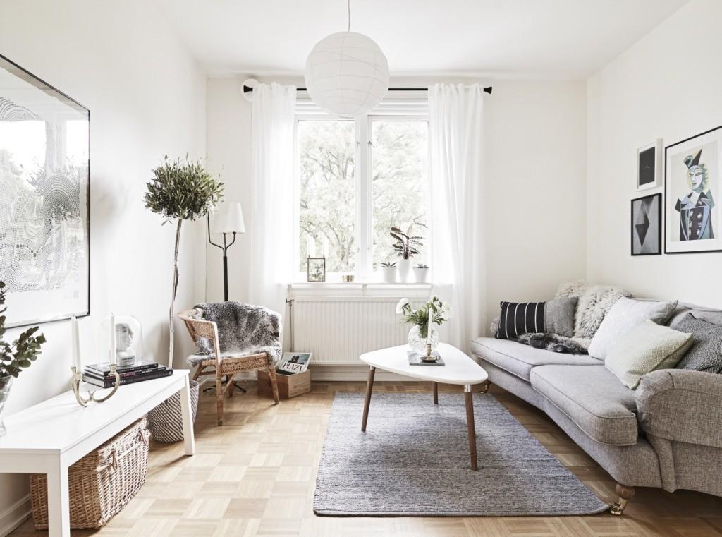 Rideaux blancs sur la fenêtre d'un appartement de style scandinave