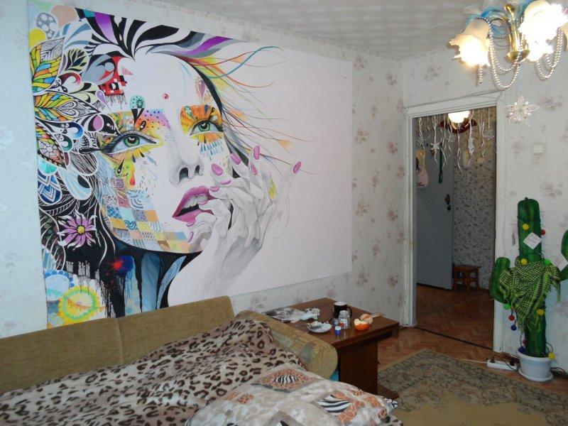 Le visage de la fille sur le mur de la chambre