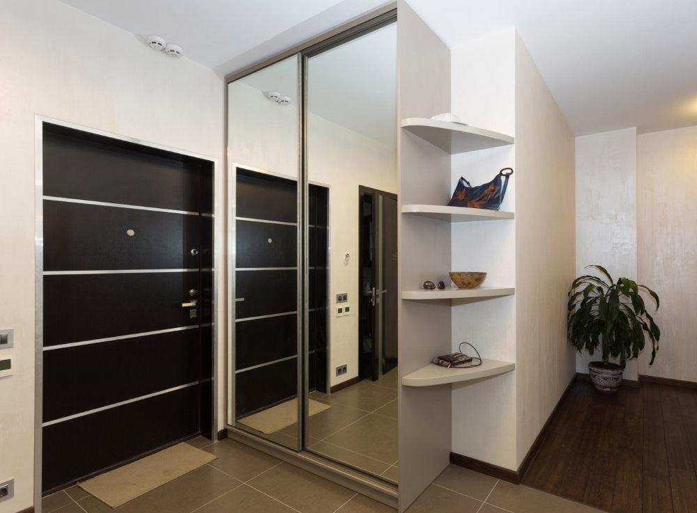 Armoire dans le hall d'entrée de l'appartement