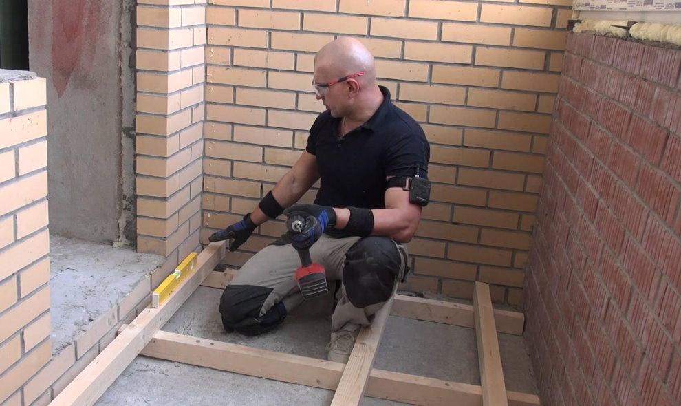 Le dispositif d'un plancher en bois sur une loggia en brique