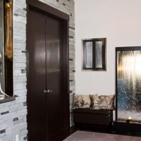 papier peint et pierre décorative à l'intérieur du décor du couloir