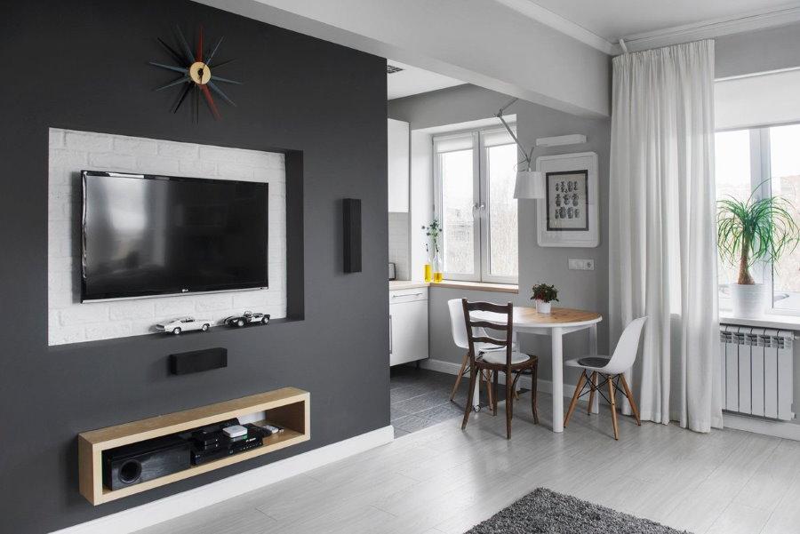 Mur gris dans un brezhnevka d'une pièce