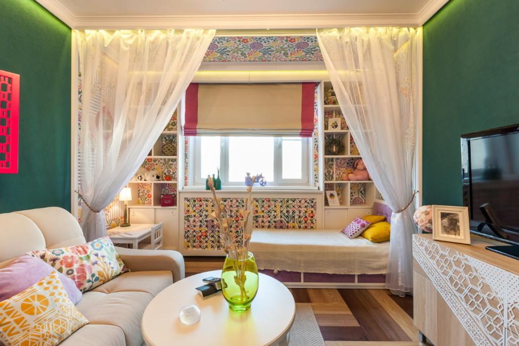 Rideaux lumineux dans une chambre avec un espace pour enfants