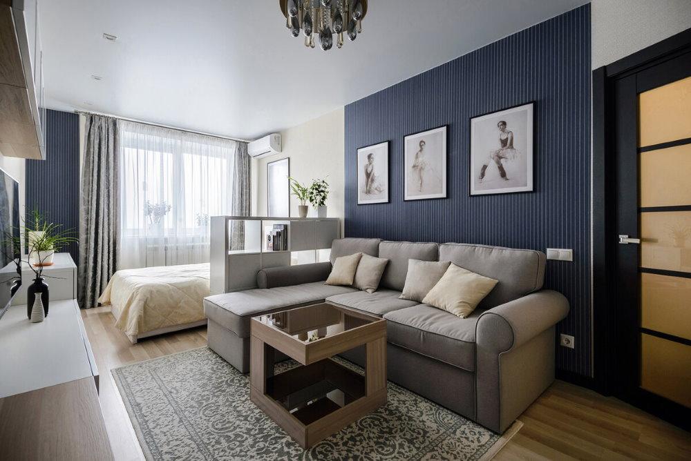 Chambre simple avec un lit et un canapé dans une maison à panneaux