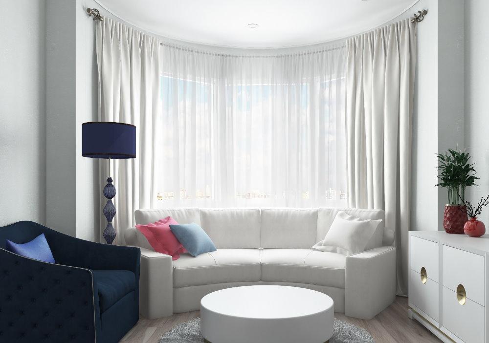 Odnushki intérieur avec un canapé dans une baie vitrée