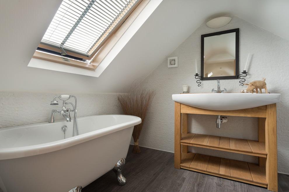 Salle de bain mansardée avec puits de lumière