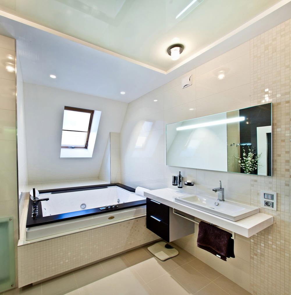Salle de bain élégante dans un grenier spacieux