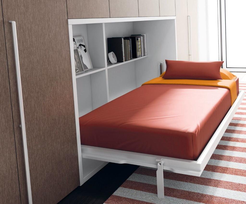 Petit lit dans une petite chambre