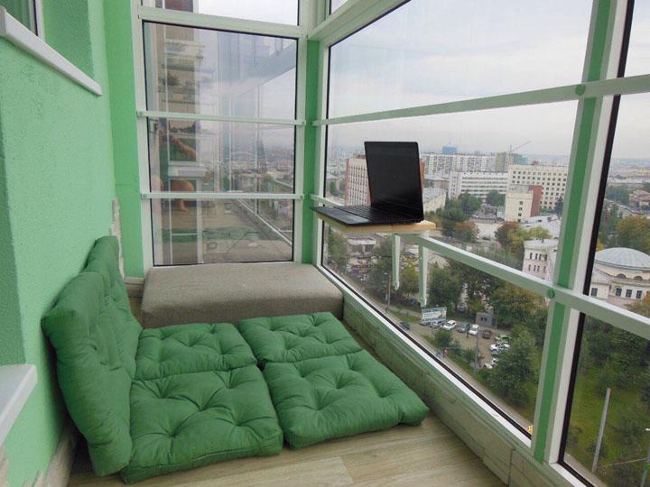Oreillers verts au lieu de lits sur le balcon panoramique