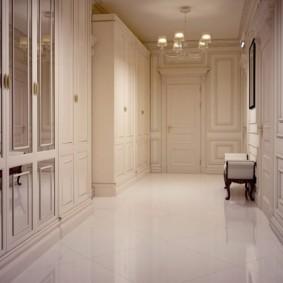 carreaux de sol dans le couloir