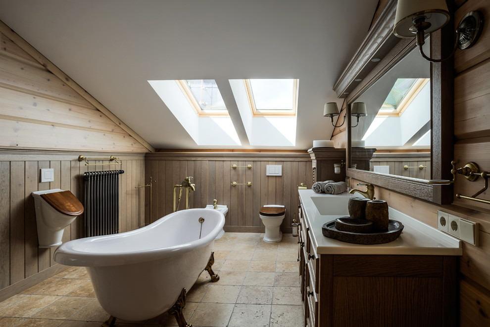 Plancher de céramique dans la salle de bain de la maison avec grenier