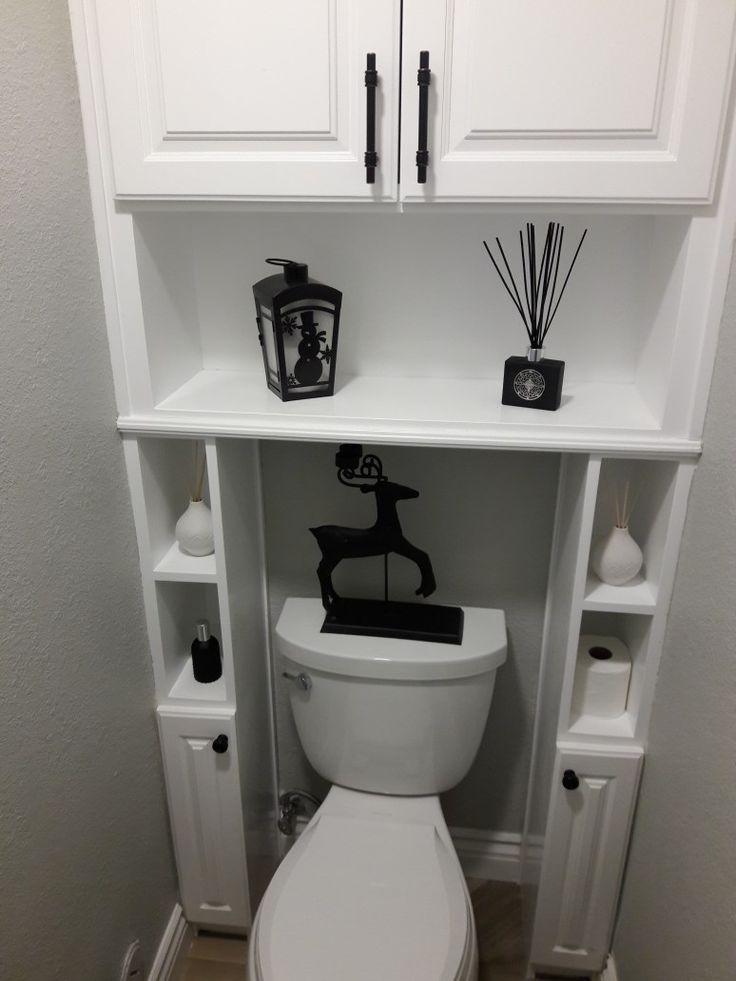 Étagères au-dessus des toilettes dans les toilettes d'un studio