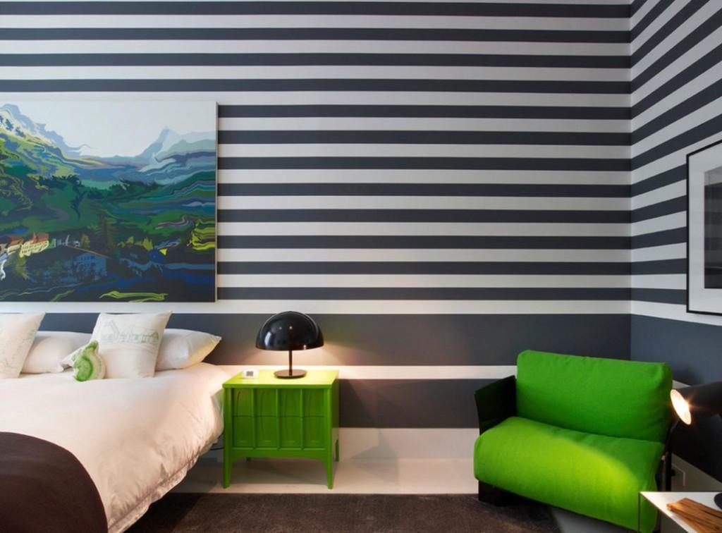 Rayures horizontales sur le papier peint de la chambre