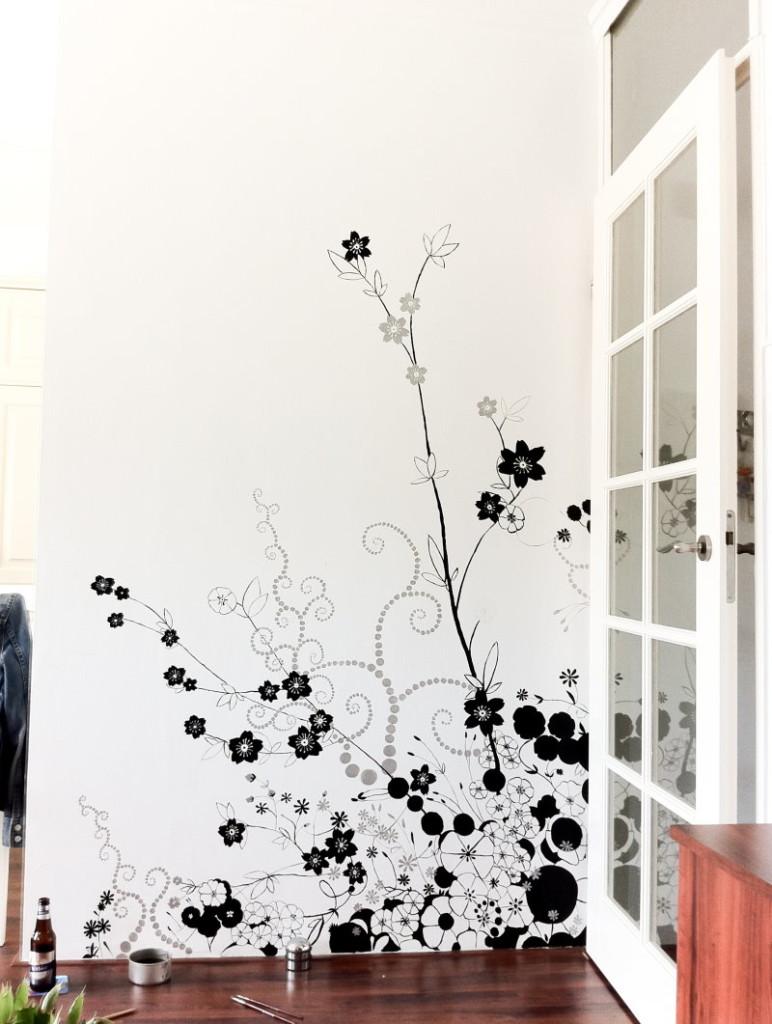 Dessin à l'encre sur un mur blanc dans un appartement