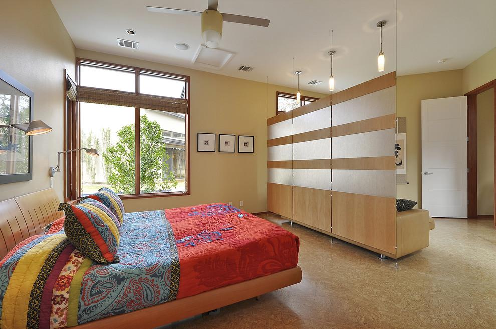 Couvre-lit lumineux sur un lit large