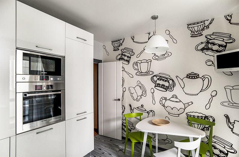 Dessins en noir et blanc de plats sur le mur de la cuisine
