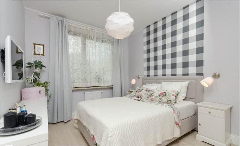 Chambre à motifs sur le lit