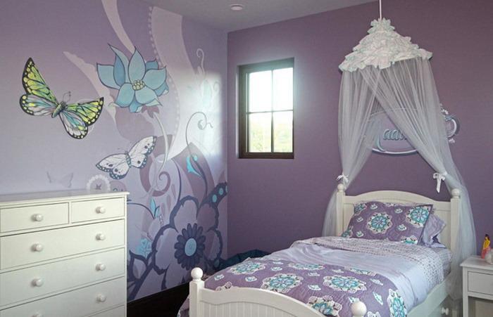 Papillons et fleurs sur le mur de la pépinière pour la fille