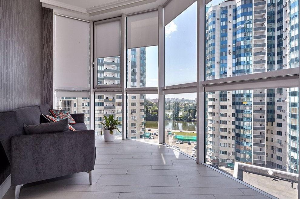 Stores enrouleurs sur la fenêtre panoramique du balcon de l'appartement
