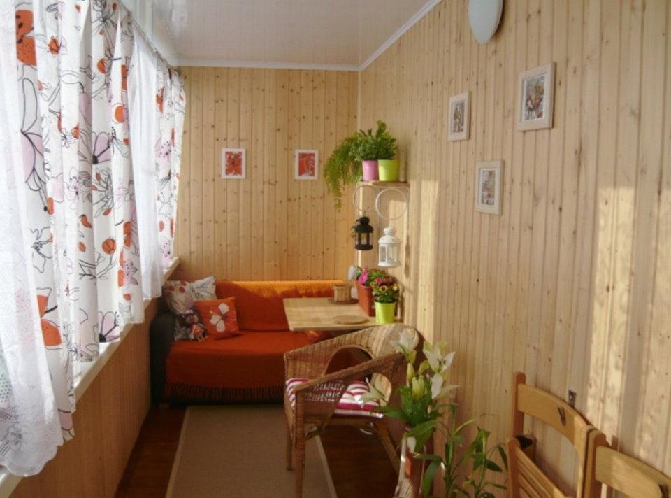 Rideaux lumineux sur le balcon avec un canapé
