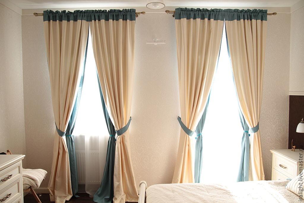 Chambre avec rideaux sur les rideaux