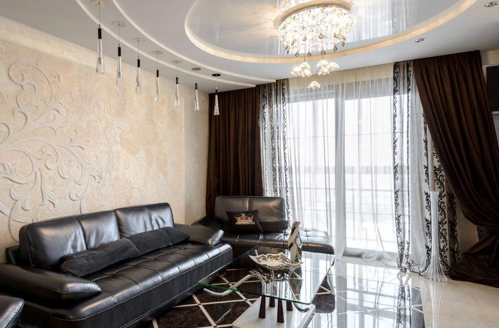 Beaux rideaux à l'intérieur de l'appartement