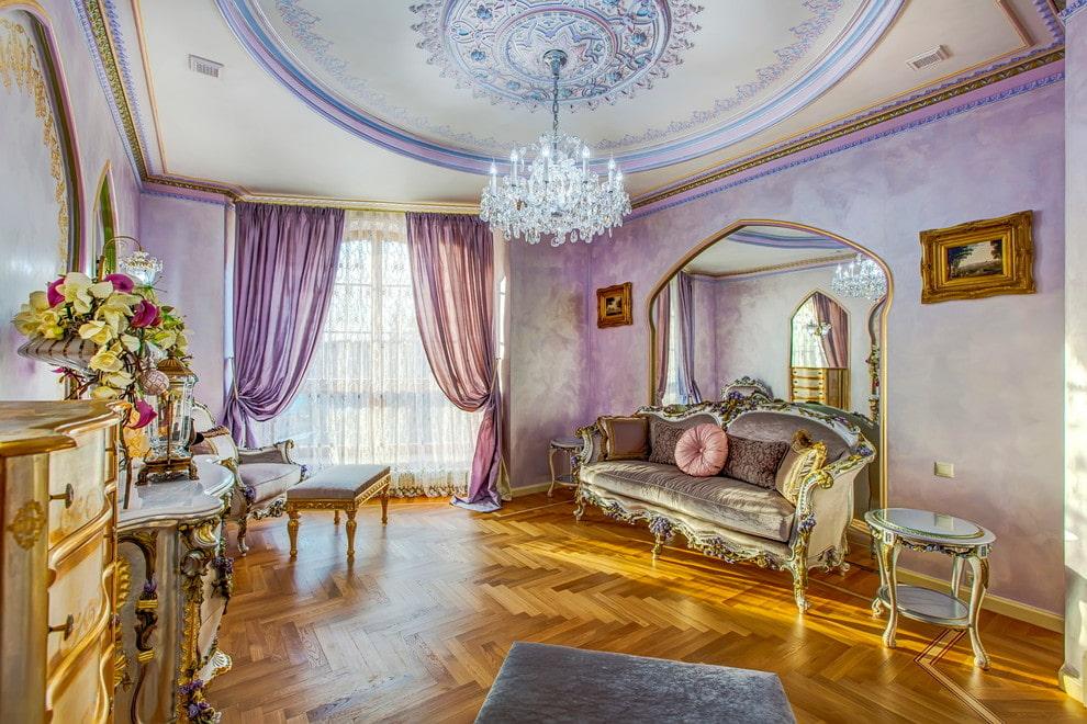 Salon classique avec rideaux lilas