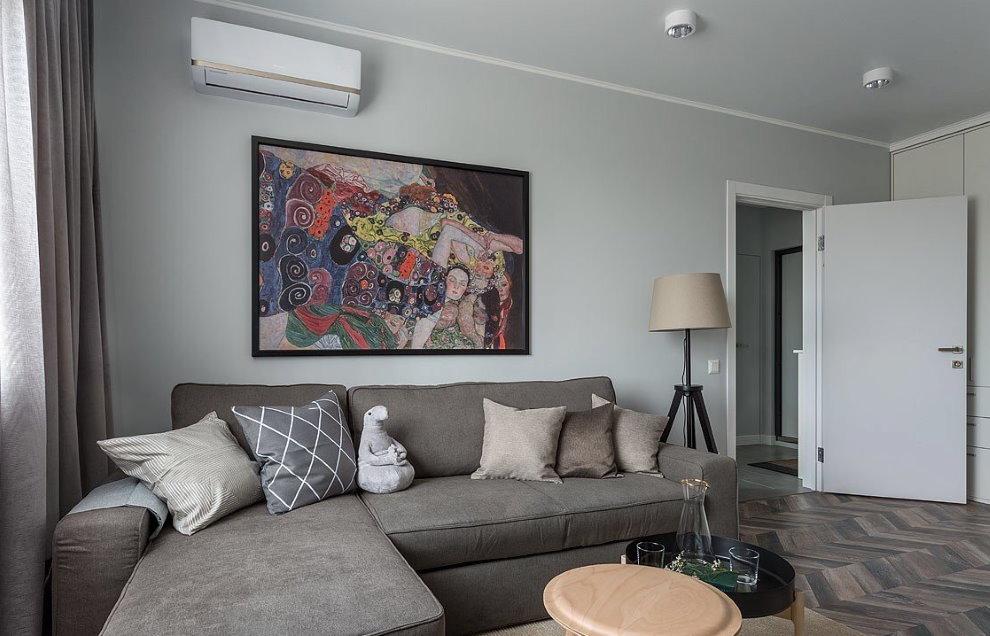 Décoration murale sur un canapé rembourré gris