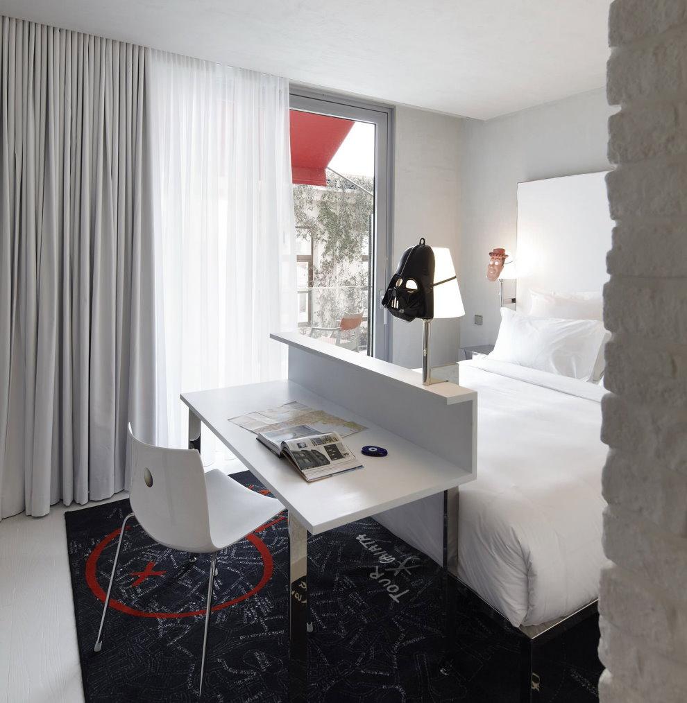 Une petite table près du lit dans une petite chambre