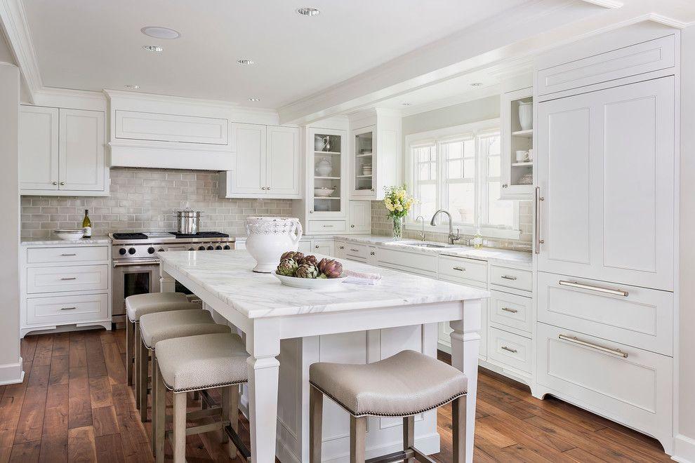 table en pierre artificielle dans la cuisine