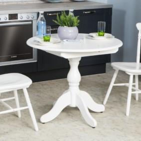 table sur une jambe pour le décor de la cuisine