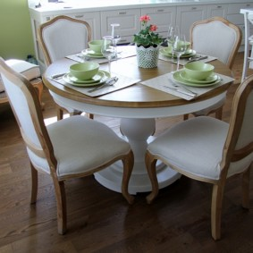 table sur une jambe pour la photo de l'intérieur de la cuisine