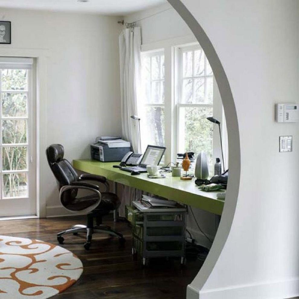 Bureau d'ordinateur près de la fenêtre de la chambre