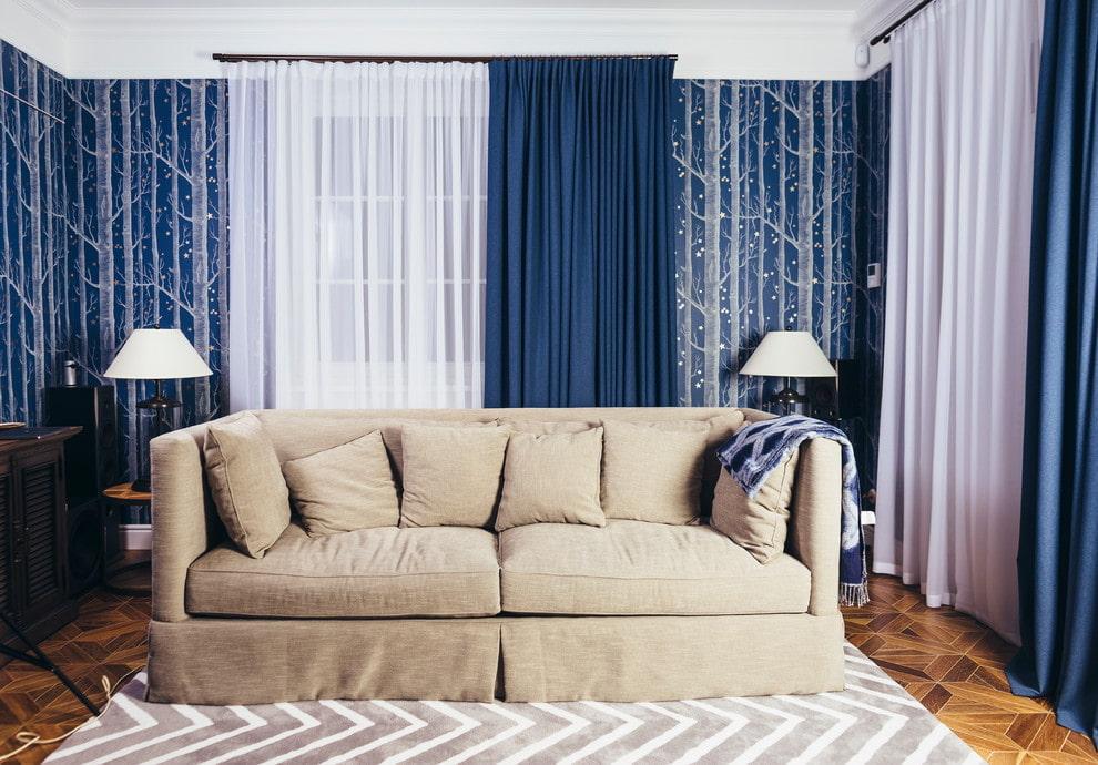 D'épais rideaux bleus dans le salon avec un canapé