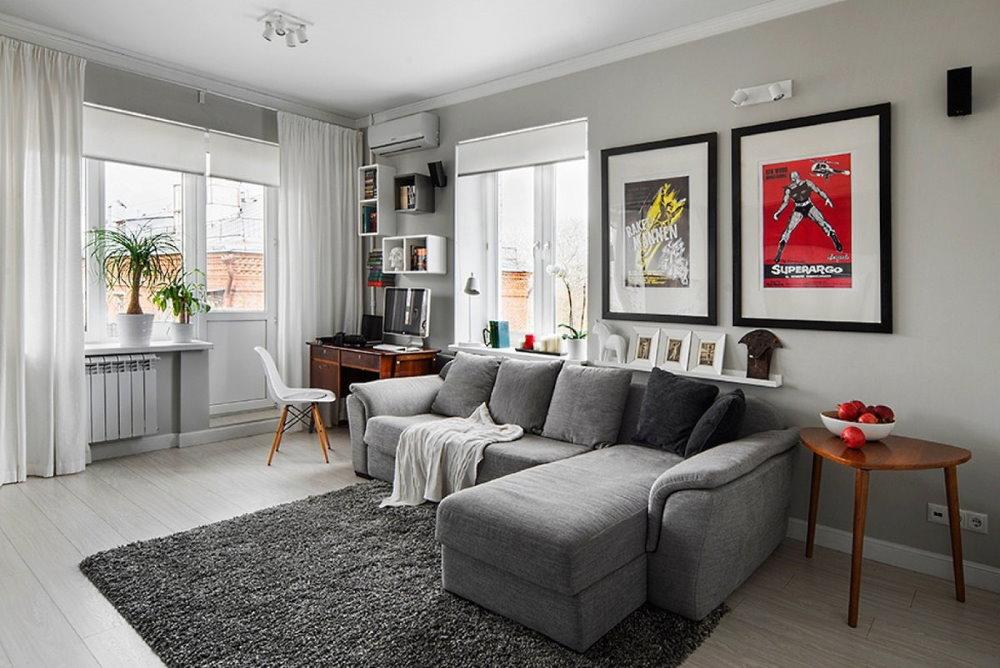 Canapé d'angle dans une pièce avec deux fenêtres