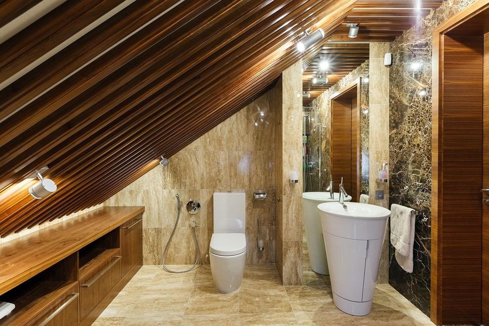 Toilettes blanches au grenier