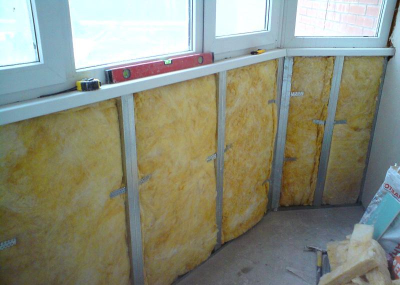 Isolation des murs du balcon avec de la laine minérale