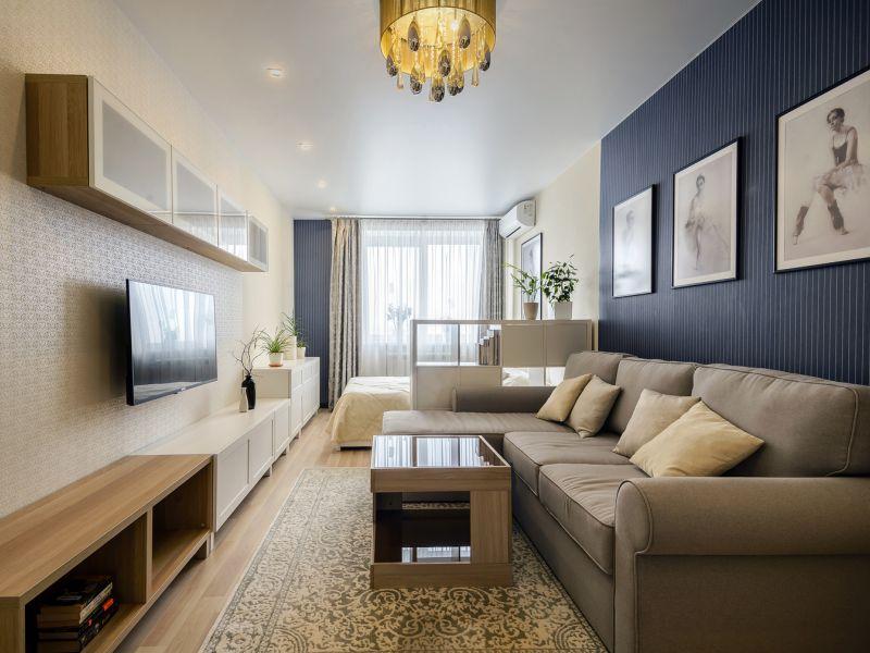 Chambre étroite avec canapé et lit fenêtre