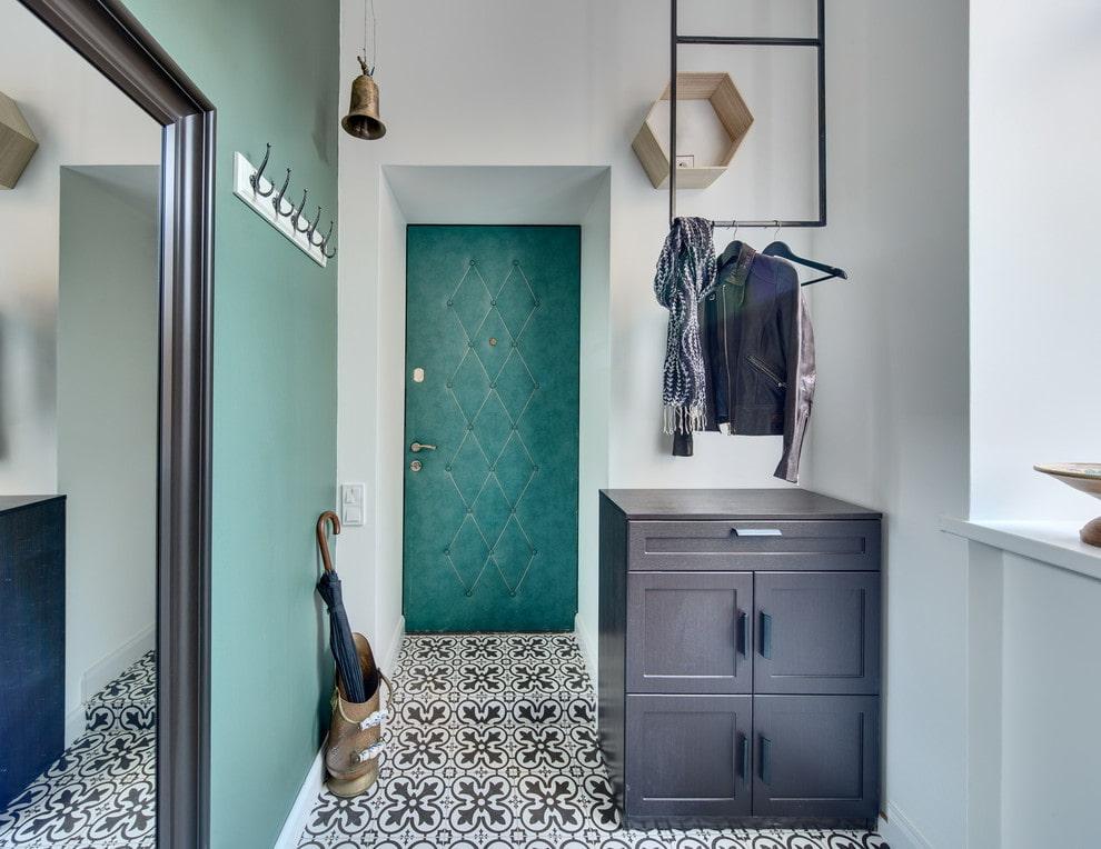 carreaux de sol à motifs dans le couloir