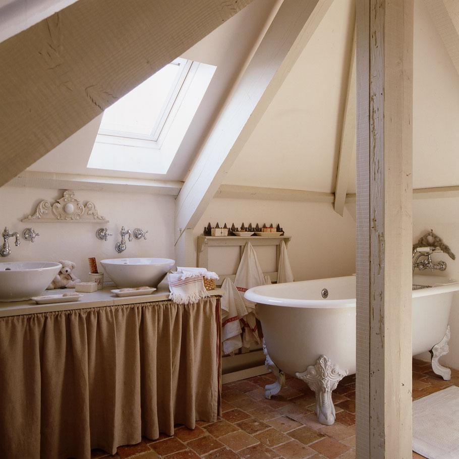 Intérieur de salle de bain de style provençal dans les combles d'une maison de campagne