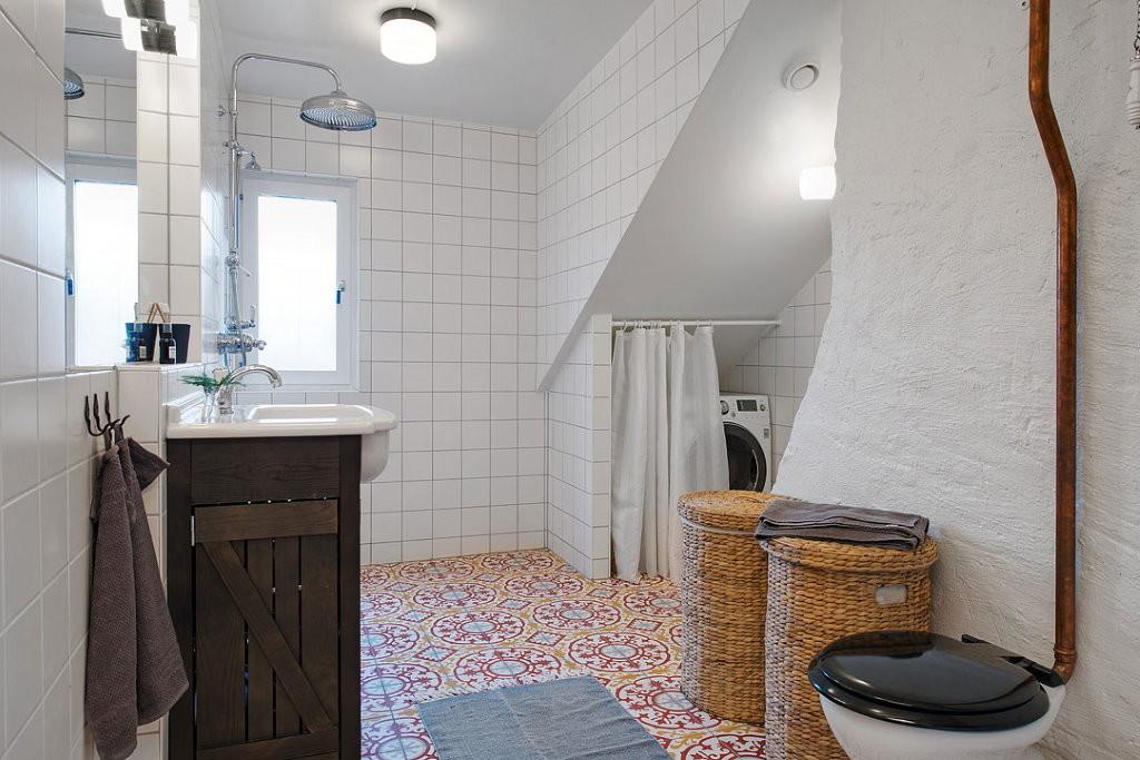 Salle de bain mansardée de style scandinave